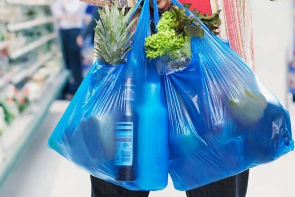 Mulai Hari ini Kantong Plastik di Alfamart Sudah Wajib Bayar